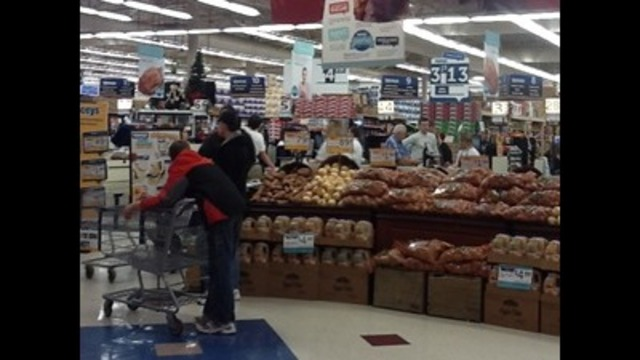 Last minute shoppers flood grocery stores